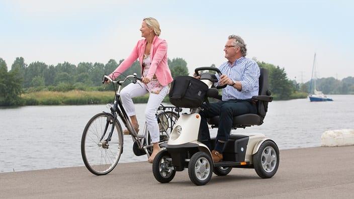 Hulpmiddelen kopen? Wij bezorgen uw rollator, rolstoel en scootmobiel lokaal aan huis.